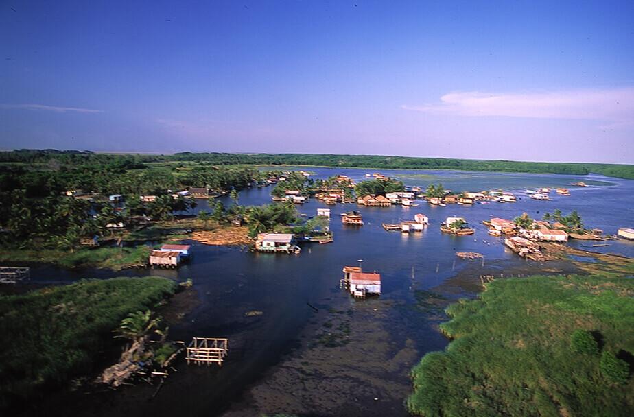 シナマイカ湖上の「パラフィトス