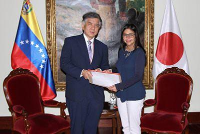 ロドリゲス外相が日本大使から信任状の写しの提出を受けるの写真