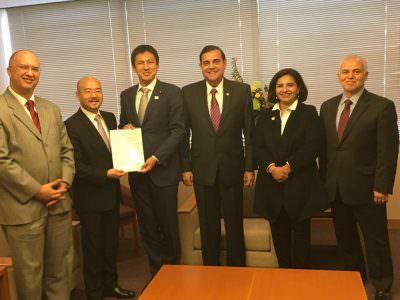 第14回ALBA首脳会議の最終宣言を日本の外務大臣政務官へ手交の写真