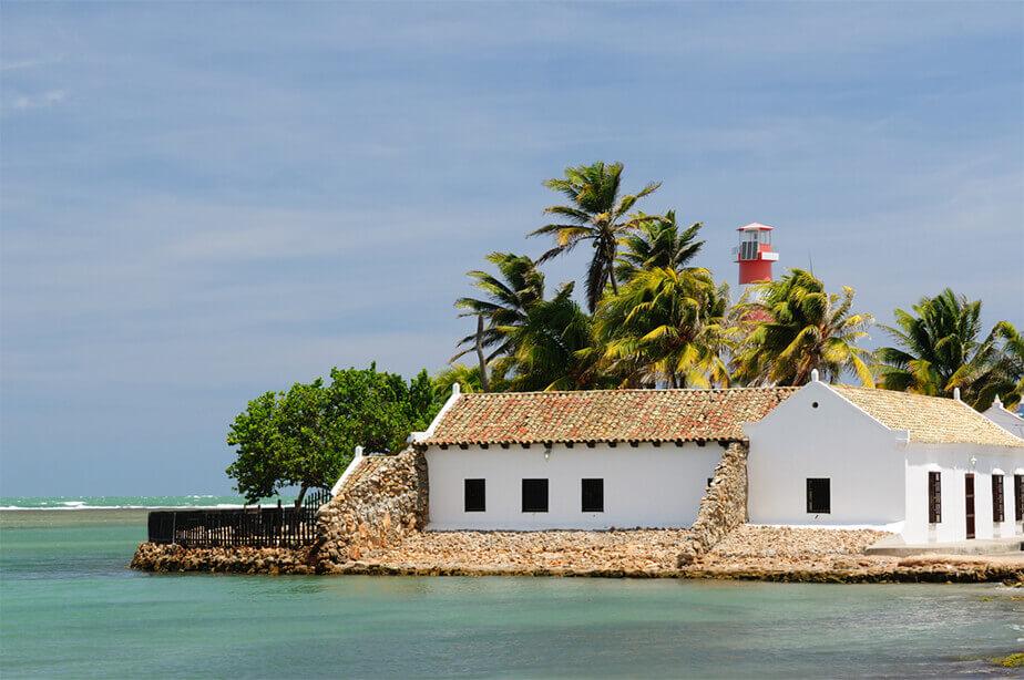 コロニアル様式の家と灯台