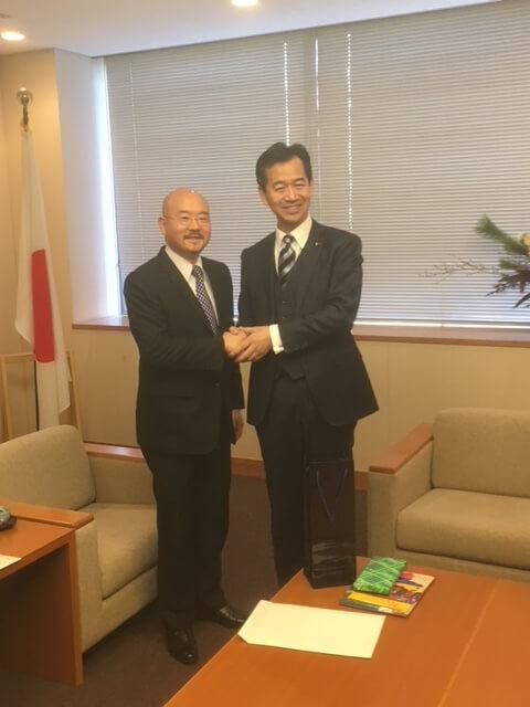 ベネズエラ大使セイコウ・イシカワは、外務大臣政務官岡本三成氏を表敬訪問しました。の写真